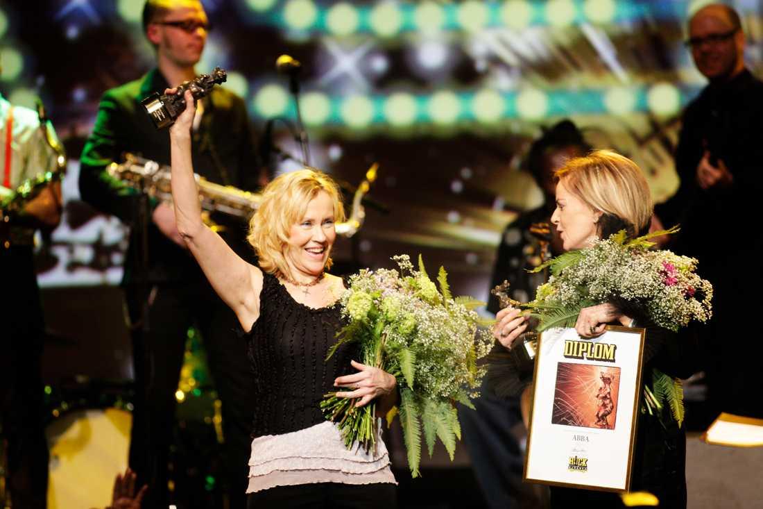 ABBA! En bild vi kanske aldrig trodde vi skulle få se. Agnetha Fältskog och Anni-Frid Lyngstad återförenade på scenen för att ta emot ett pris 2009.