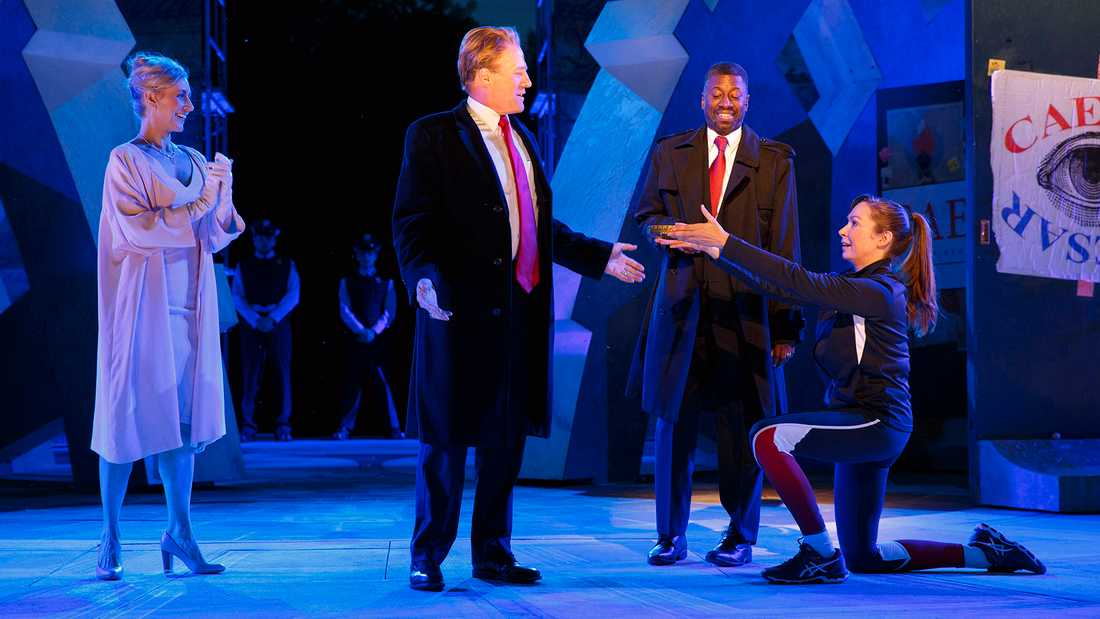 Karaktären Julius Caesar är för lik Donald Trump tycker Delta Airlines och Bank of America.
