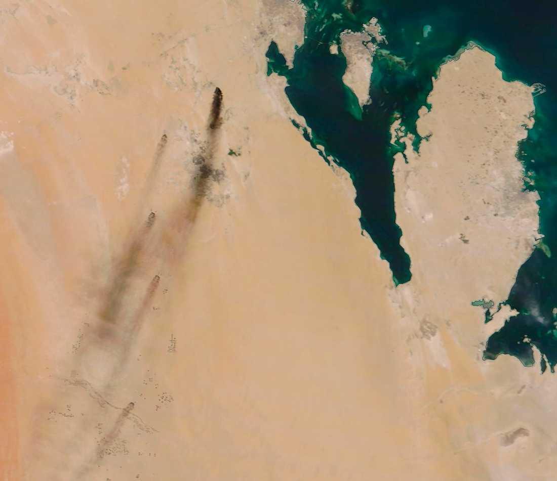 Röken från bränderna syns på satellitbilder från Nasa.