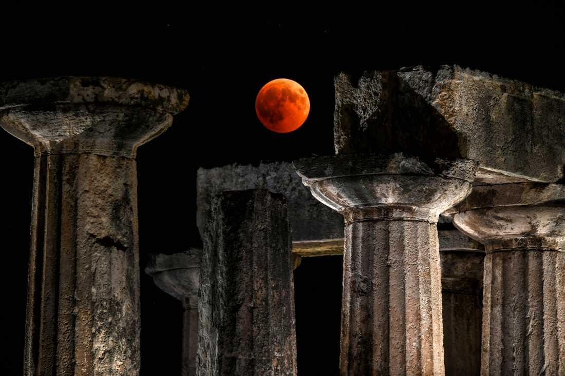 Den här bilden togs vid Apollontemplet i Korinth väster om Greklands huvudstad Aten.