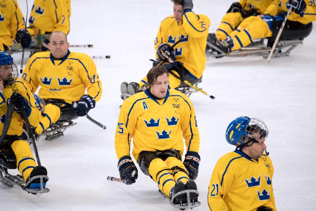 Sveriges kälkhockey-lag i Pyeongchang har inte vunnit en match hittills, och gör upp med Japan om sistaplatsen i hela Paralympics.