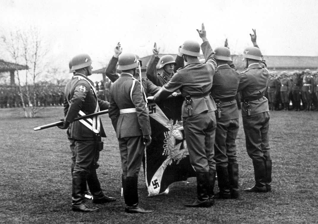Soldater i tyska armén och Waffen-SS, där svenskar deltog, svor Adolf Hitler trohet intill döden. Arkivbild.