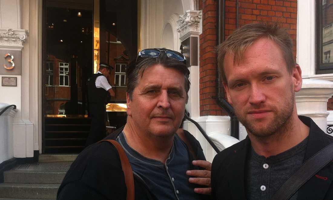 PÅ PLATS. Aftonbladets Torbjörn Ek och Mark Earthy utanför Ecuadors ambassad i London.
