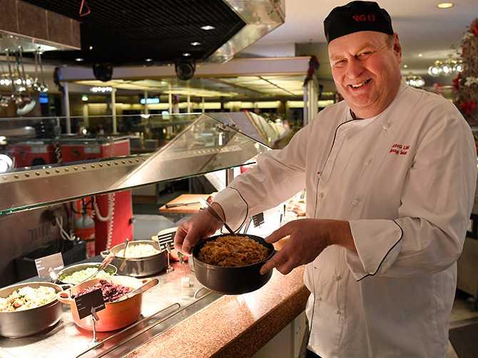 Chefskocken Harry Iman med sina favoriter på julbordet: brunkål, finska rödbetssalladen rosolli och fänkålssallad med granatäpple och citron.