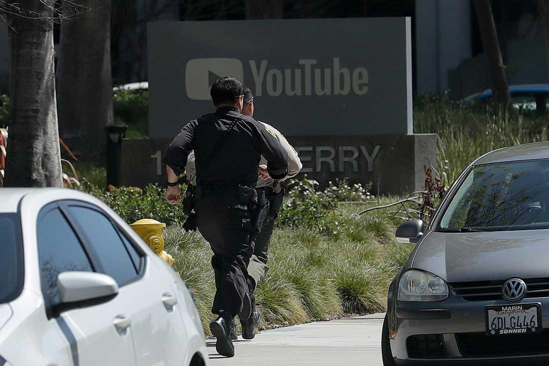 Polis under insatsen vid Youtubes huvudkontor i San Bruno i norra Kalifornien, där en kvinna på tisdagen öppnade eld.