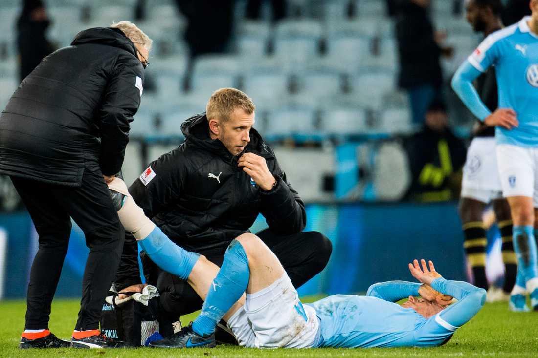 Malmö FF:s Anders Christiansen får vård av läkare under matchen mot AIK den 28 oktober.