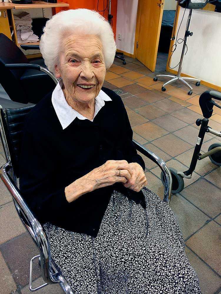 """""""HON SVÄLTER JU IHJÄL INFÖR SINA ÖGON"""" Trots att Lisbeth Carlborg, då 85 år, knappt orkade stå upp ordinerades hon en lightdiet för sin diabetes. På den här bilden hade hon fått flytta till demensavdelningen Visheten i Malmö."""
