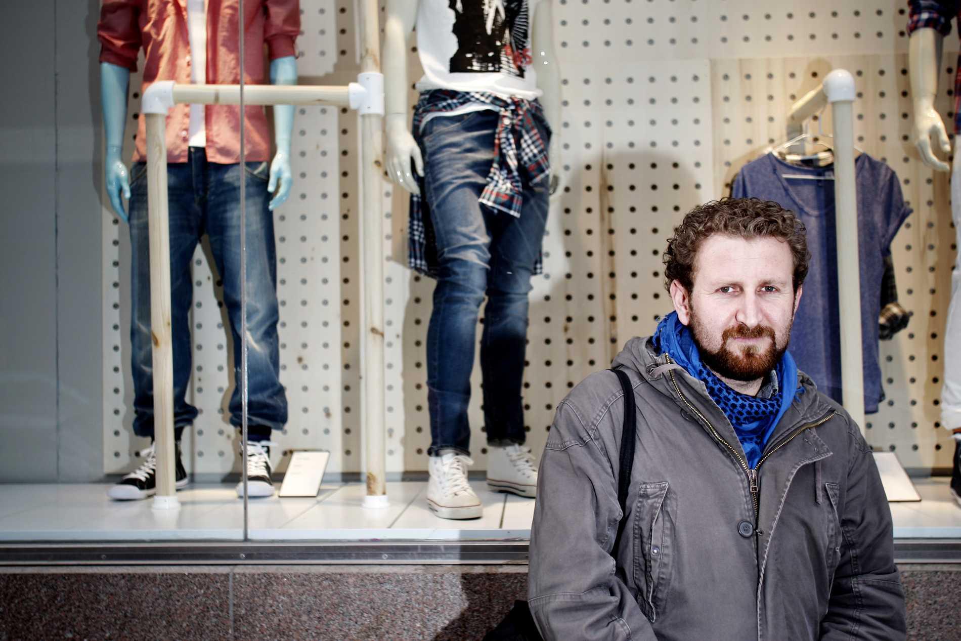 """Riskerade livet Aldulhalim Demir, 30, fick halverad lungkapacitet efter att ha jobbat på jeansfabrik i Turkiet. """"Jag hade inget val. Jag behövde jobbet."""""""