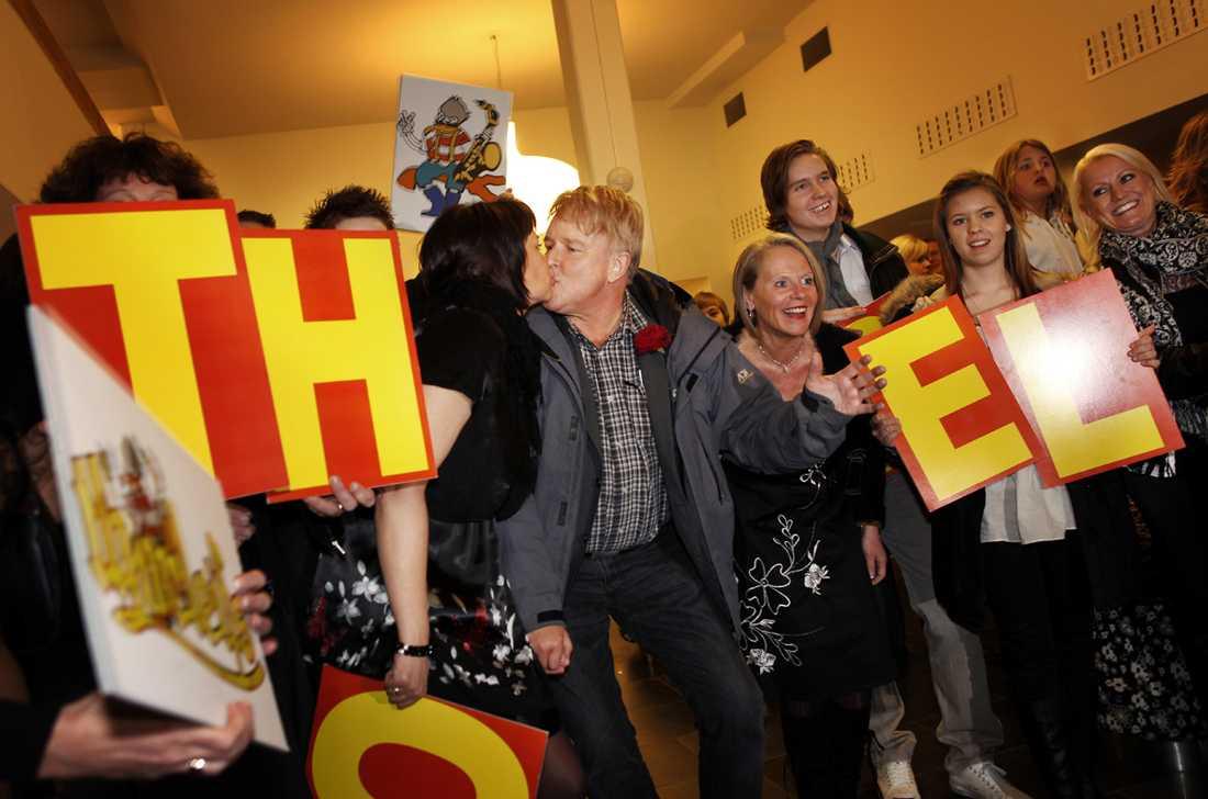 2009 Thorleifs vilda efterfest under Melodifestivalen 2009. Sångaren Thorleif, i mitten, får en kyss.