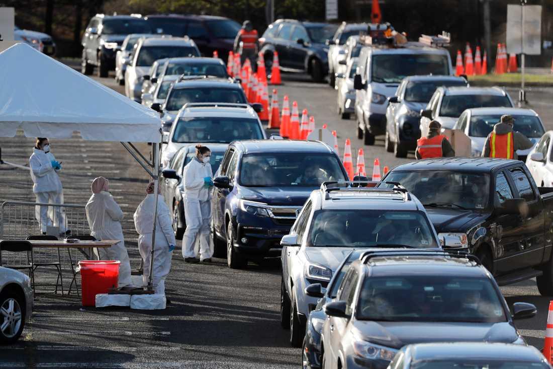 I Holmdel, New Jersey, i USA köar människor i en drive.in-testation för att bli provtagna för coronaviruset.