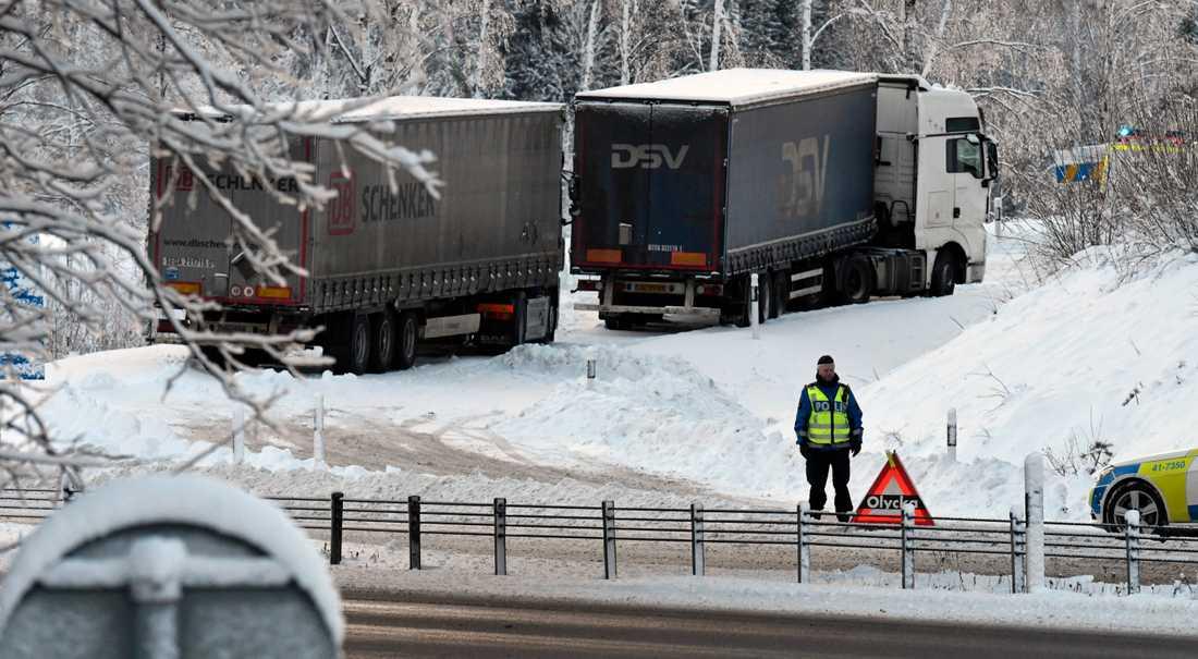 polisen har spärrat av avfarten från e4:an till nyköpingsbro strax söder om nyköping efter att två långtradare fått stopp i backen efter onsdagens snösmocka.
