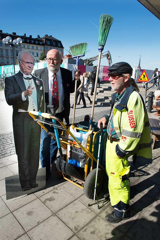 Papp-CG hälsar på gatsoparen Lasse Nerman.