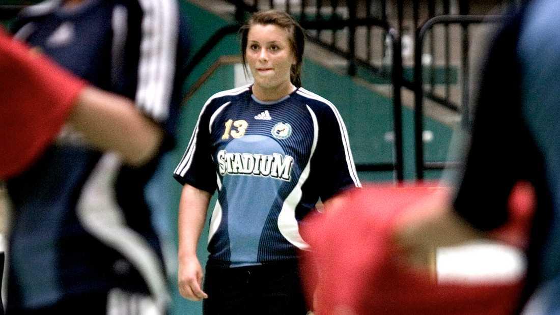 En blott 17-årig Isabelle Gulldén under ett träningspass med Sävehof i maj 2007.