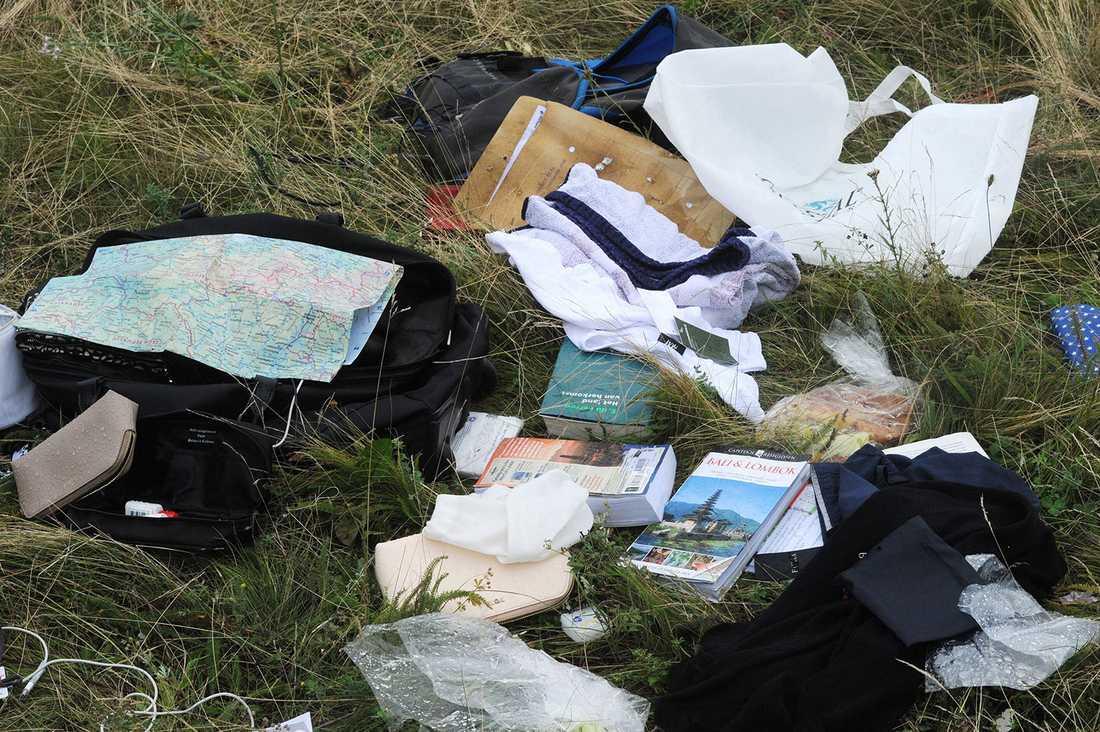 Ägodelar från offren ligger utspridda vid vrakplatsen.