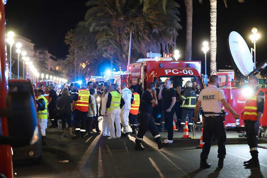 Räddningspersonal på Promenade des Anglais igår natt.