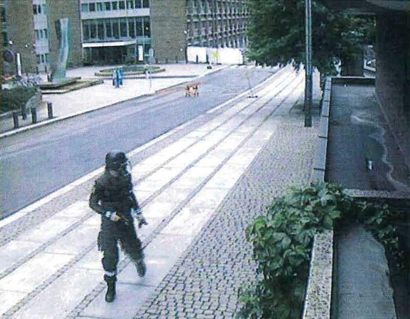 Här är övervakningsbilden när Anders Behring Breivik springer från regeringskvarteret den 22 juli förra året. Ett ögonblick senare exploderar byggnaden. Han är klädd i uniform och redo att bege sig mot nästa mål: Utøya.