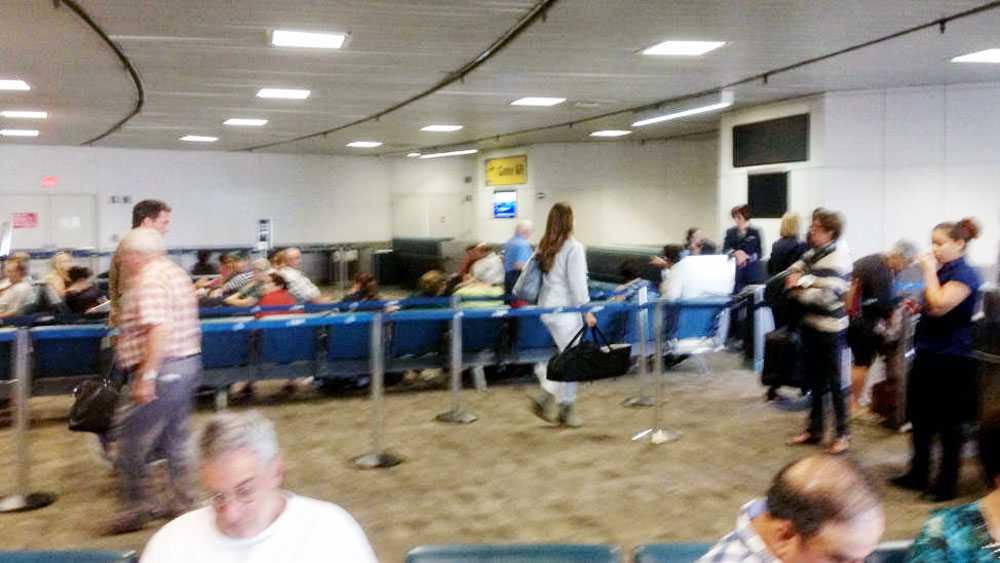 Madeleine, med maken Chris O'Neill på Newarks flygplats på väg till Stockholm.