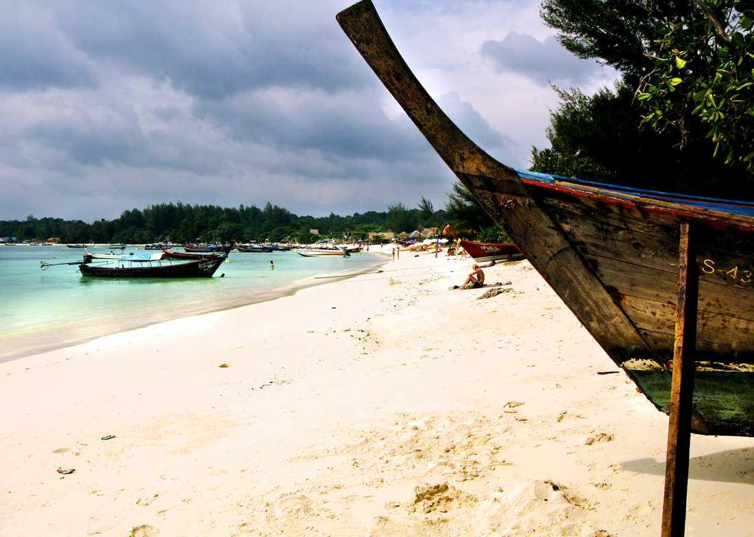 Eftersom det inte finns någon pir för stora båtar får man ta longtailbåt sista biten in till ön.