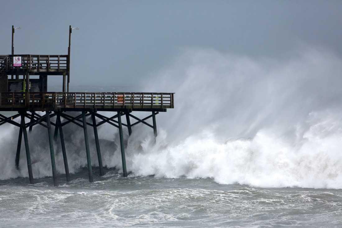 Vågorna växer vid Bogue Inlet Pier på Emerald Isle, North Carolina.