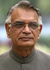 Indiens inrikesminister Shivraj Patil lämnade på söndagsmorgonen in sin avskedsansökan.