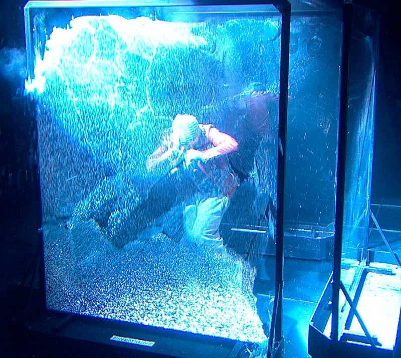 100 kilo glassplitter Under sitt nummer är Eric Saade instängd i en glasbur. I takt med musiken sprängs den ena rutan efter den andra och han översköljs med 100 kilo glasskärvor.