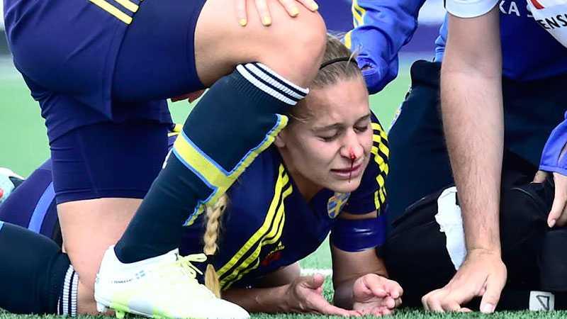 Charlotte Rohlin fick en armbåge mot näsan och föll ner i gräset under träningen.
