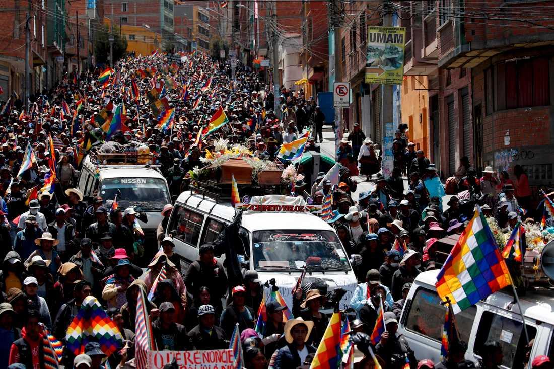 Demonstranter protesterar mot den nytillsatta interimsregeringen genom att marschera med fem dödsoffer till huvudstaden La Paz.