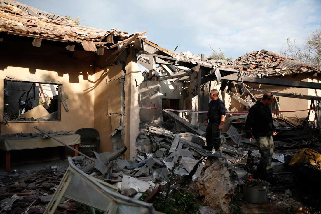 Israelisk polis undersöker en byggnad i Mishmeret som skadades i raketbeskjutning från Gazaremsan.