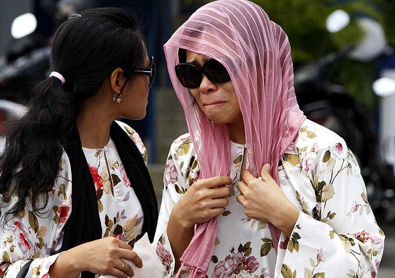 Muslimska modellen Kartika Sari Dewi Shukarno, 32, drack en öl på en bar. För det straffas hon med böter och sex piskrapp.