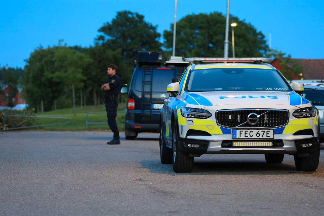 Polisen slog till mot en lägenhet i Upplands-Bro och hittade både handgranat, knark och vapen.