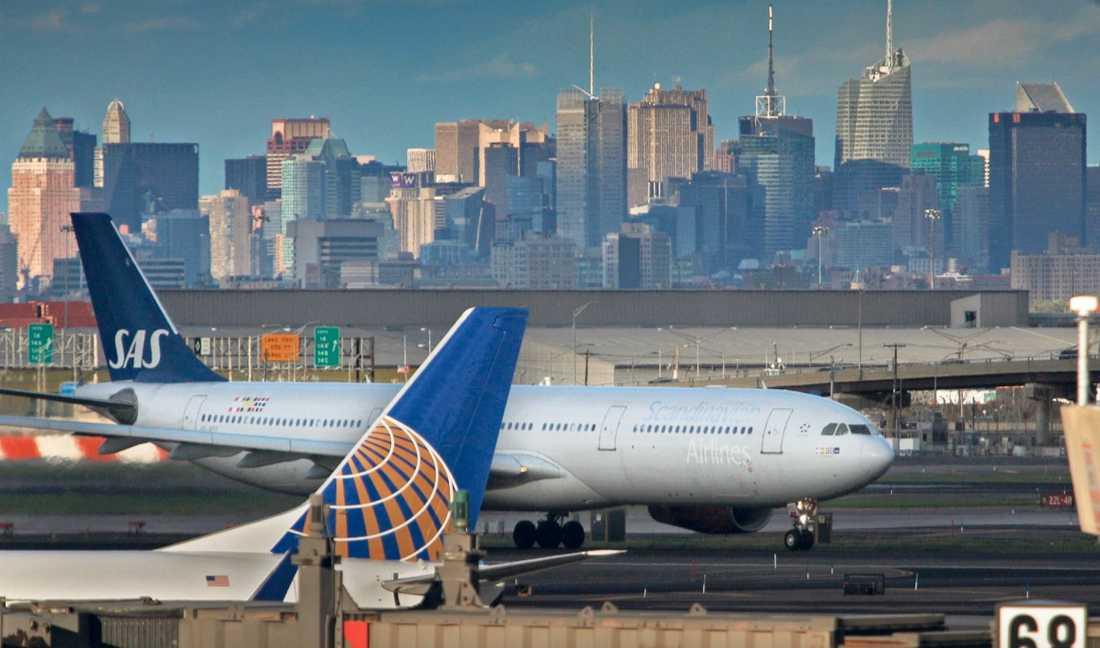 new york kl 00.22 I natt lyfte det första SAS-planet från New York sedan vulkanutbrottet på Island skapat kaos i den europeiska flygtrafiken. Det var i första hand de personer som var inbokade på flighten som fick följa med till Arlanda.