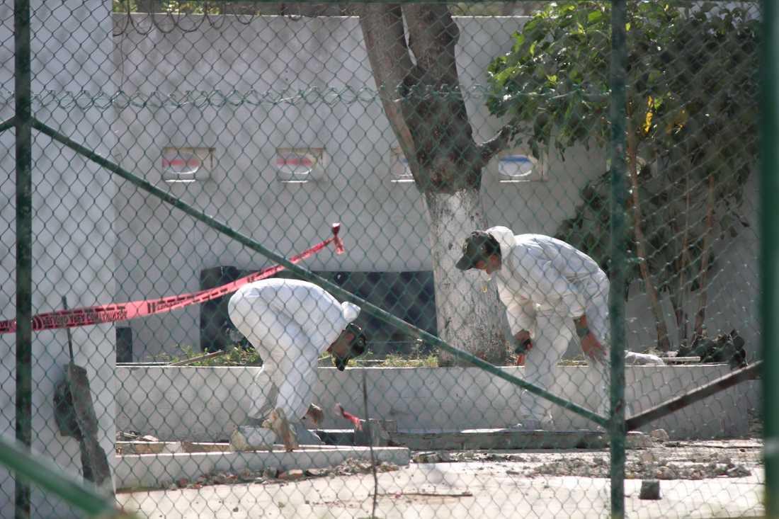 Polisens tekniker vid utanför polisstationen där bomben exploderade.