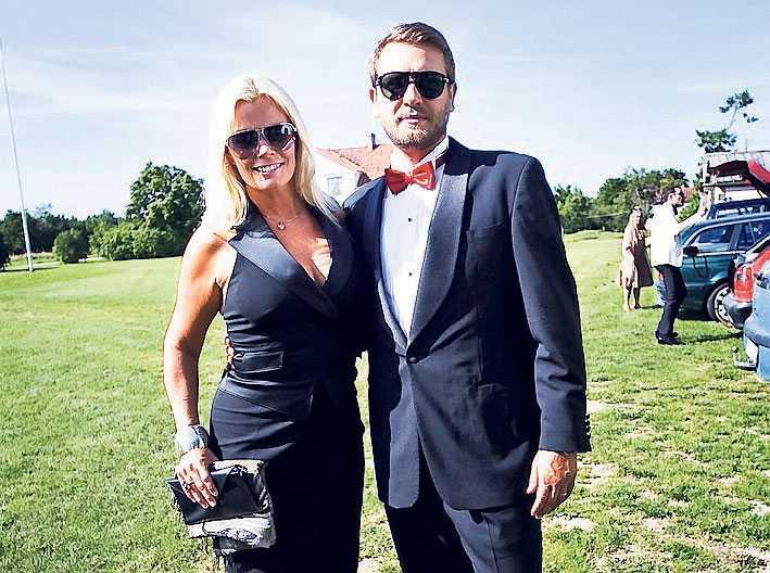 Gry Forssell och Alex Kossek lyckönskade brudparet – och tackade för schemaläggningen. – Kul att de gifter sig på en fredag och inte en lördag. Nu hinner jag göra Sommarkrysset, sa Gry.