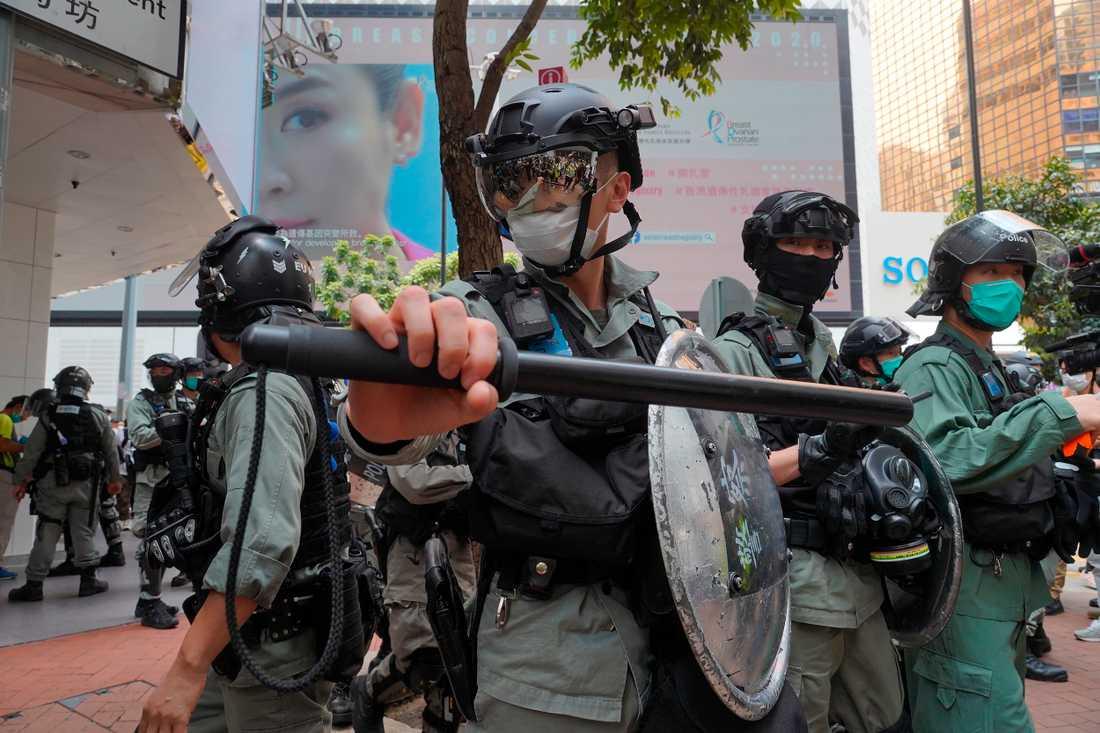 Kravallutrustad polis på Hongkongs gator i onsdags.