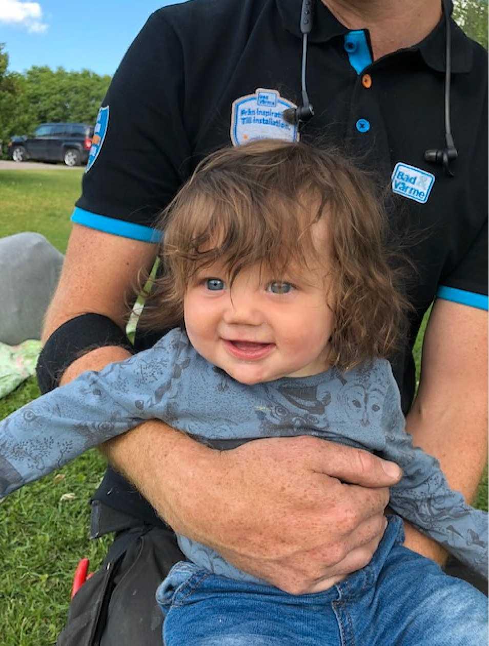 """Polly är i dag sju månader. På denna bild är hon cirka fem-sju månader gammal: """"Hon hade långt hår redan som nyfödd och får kommentarer om sitt hår dagligen. Vi kallar henne vår lilla trollunge"""", säger mamman Maja Liegnell från Kisa."""