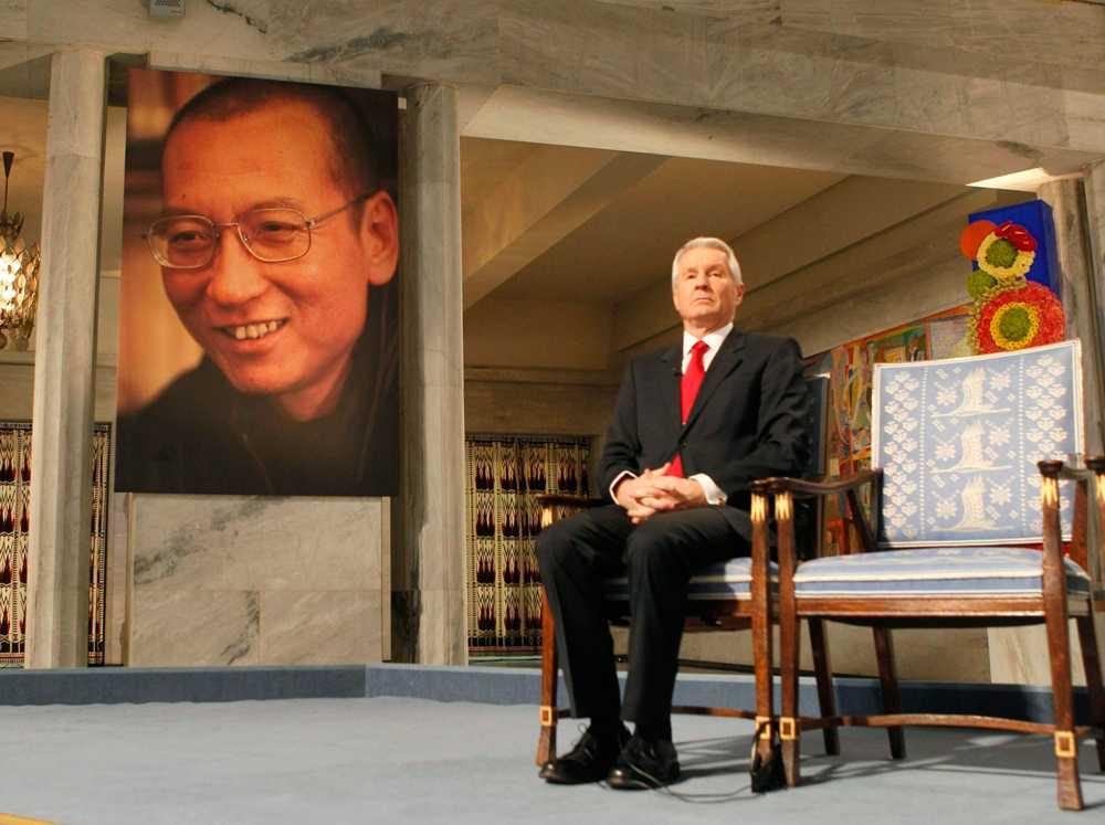 Nobelkommitténs Thorbjørn Jagland bredvid en tom stol efter att fängslade kinesiske dissidenten Liu Xiaobo (porträttet) fått fredspriset 2010.