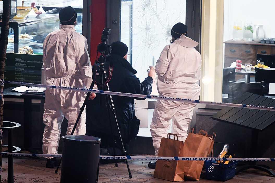 Polisens tekniker vid platsen.
