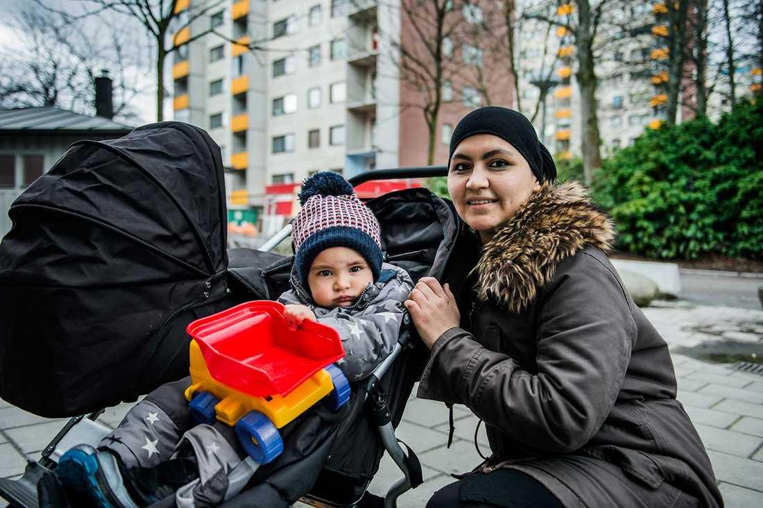 """""""Jag är hemma med mina barn och städar själv"""", säger Zilola Sultonova, här med tvåårige sonen Abdurakhman."""