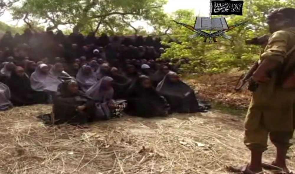 Terrorledaren säger i ett klipp att de inte tänker släppa flickorna – förrän myndigheterna i Nigeria släpper fångar som är medlemmar i Boko Haram, uppger AFP.