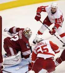 Phoenix målvakt Mikael Tellqvist hade fullt upp i morgonens möte med Detroit.