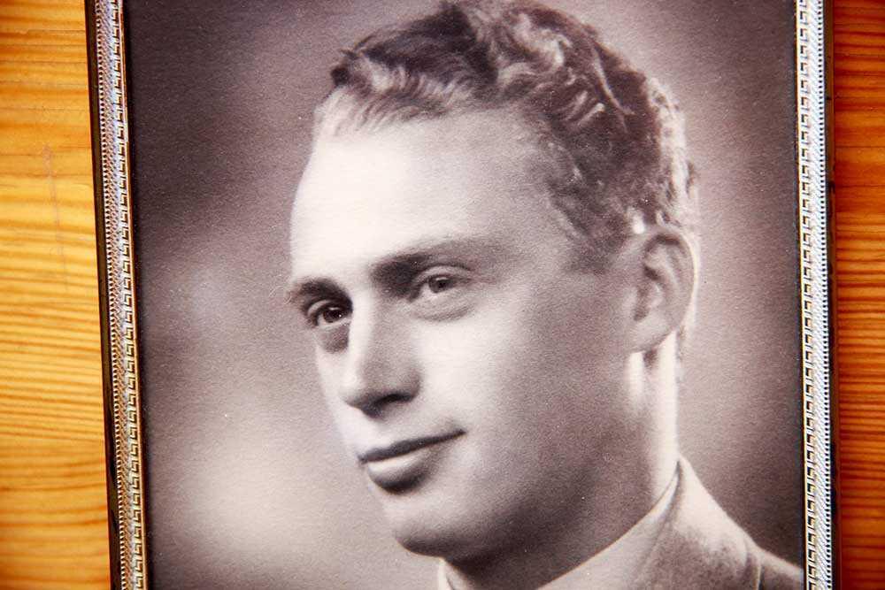 Bilden av den stolte unge Stig Carlsson  i flygaruniform som inte har så långt kvar att leva.