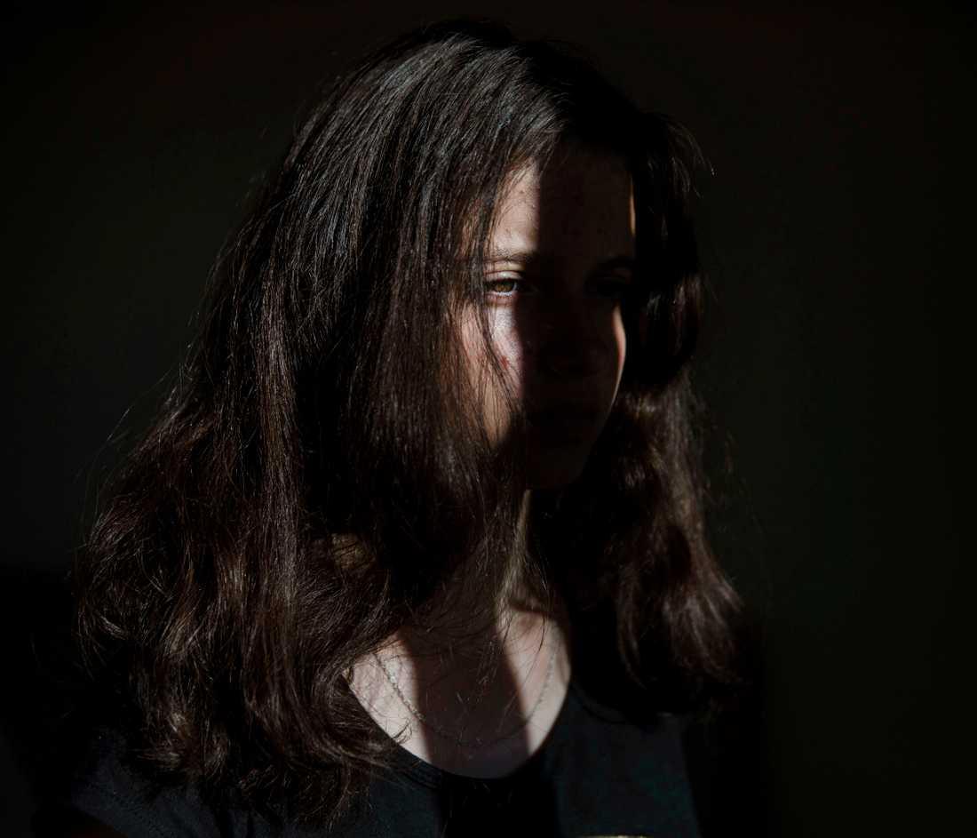 """279 kvinnor dödades av sin man, ex-man eller pojkvän under 2000-talet. Alexandra var 3 år när hon såg sin mamma mördas brutalt av sin pojkvän. Nu är hon 14 år och minns fortfarande den dagen tydligt. Jag minns att jag sa till mamma """"Öppna inte dörren, han är ond"""" Hon svarade mig """"Älskling, han är inte ond, ingen är ond"""", sen kom han in och mördade henne, berättar hon."""
