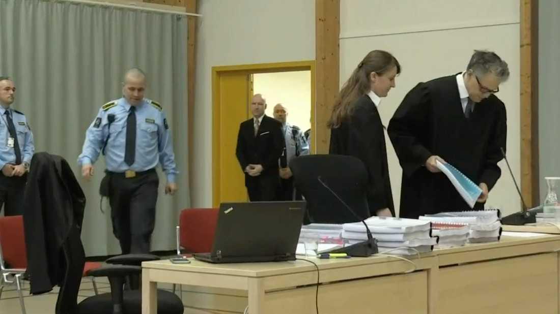 Breivik, här på väg in i gymnastiksalen där rättegången hålls, har stämt norska staten för brott mot mänskliga rättigheter.