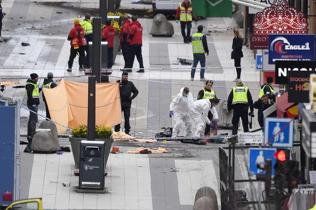 Fem människor dödades under Akilovs vansinnesfärd på Drottninggatan.