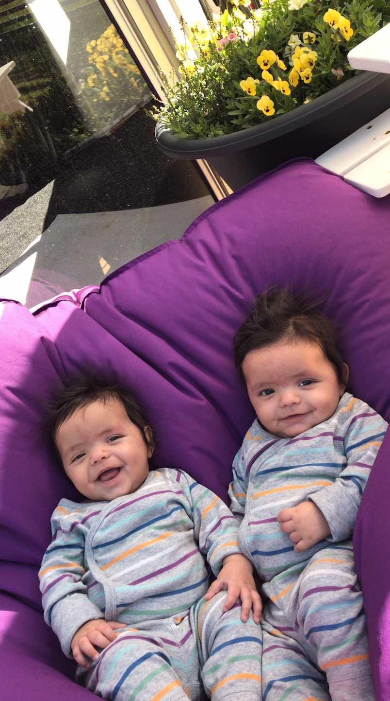 """""""Mina tvillingpojkar Malik och Bilal  fem månader har också en rejäl kalufs på huvudet"""", säger Johanna Hopman Lilja från Örebro."""