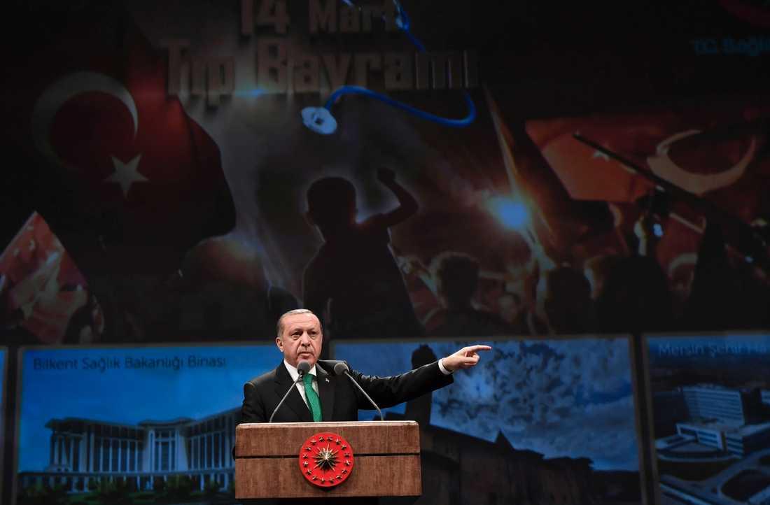 Turkiets president Recep Tayyip Erdogan kommer med nya anklagelser mot Nederländerna.