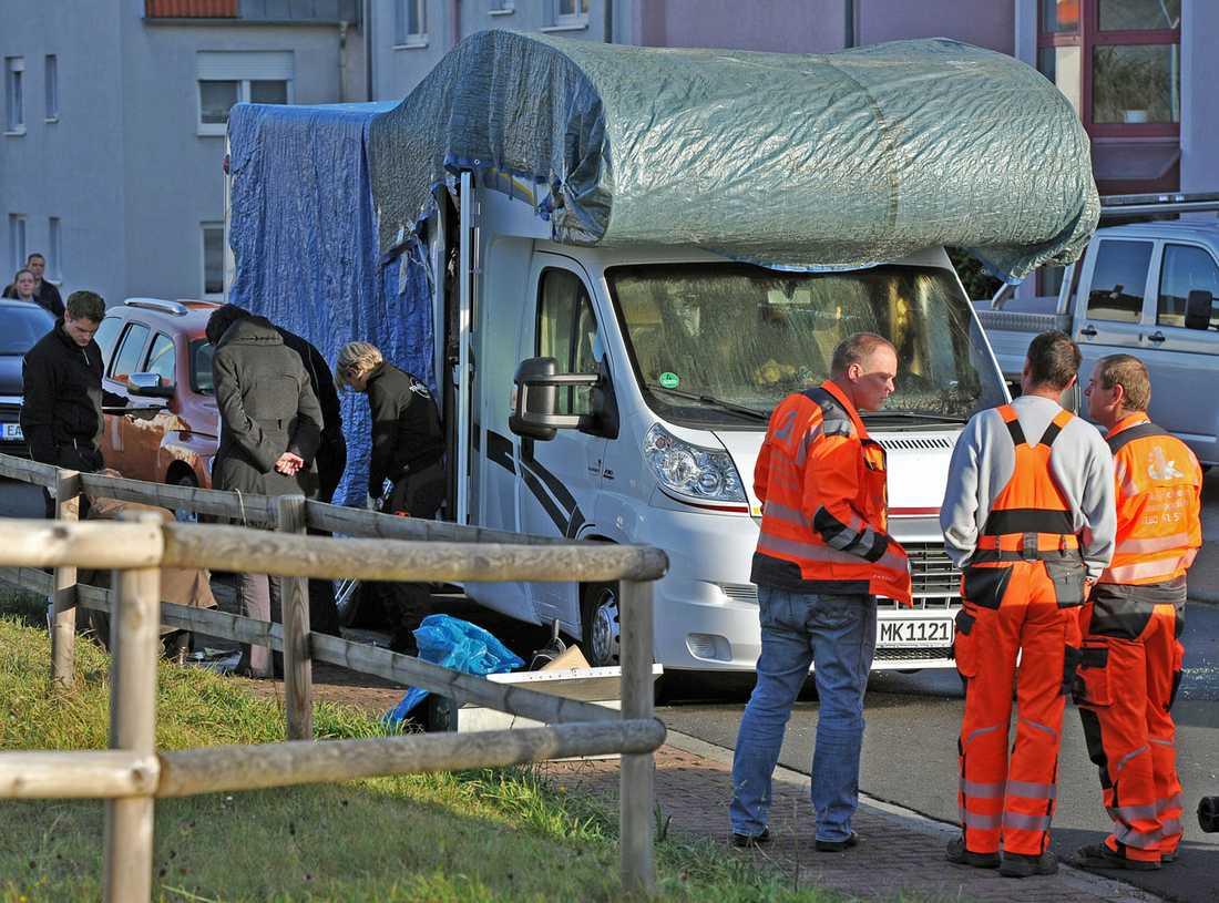 Polisens tekniker undersöker den utbrända husbilen där Uwe Mundlos och Uwe Böhnhardt gömt sig.