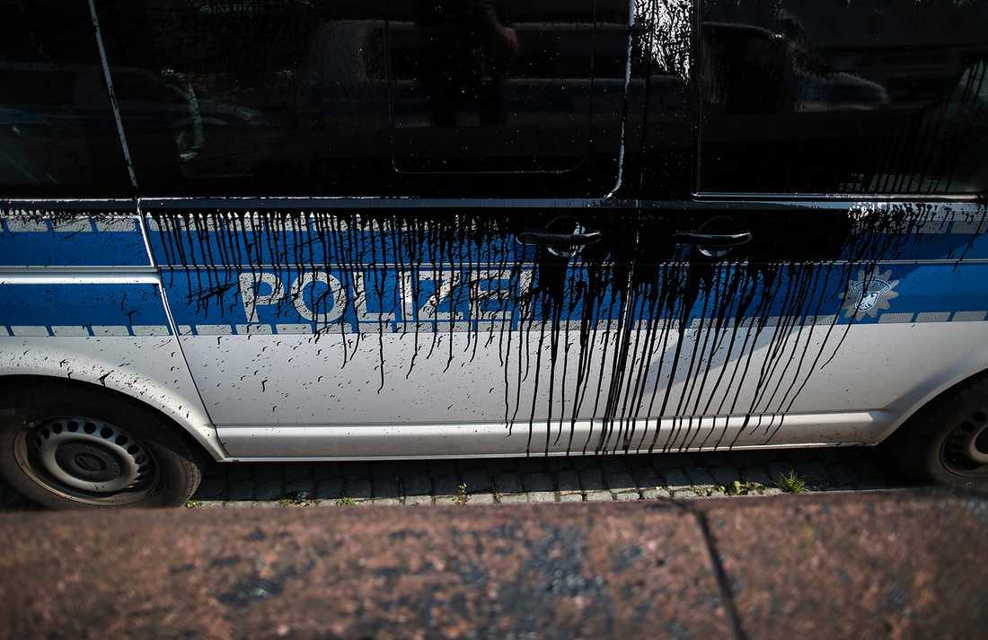 Polisbil attackerad med svart färg i Hamburg.