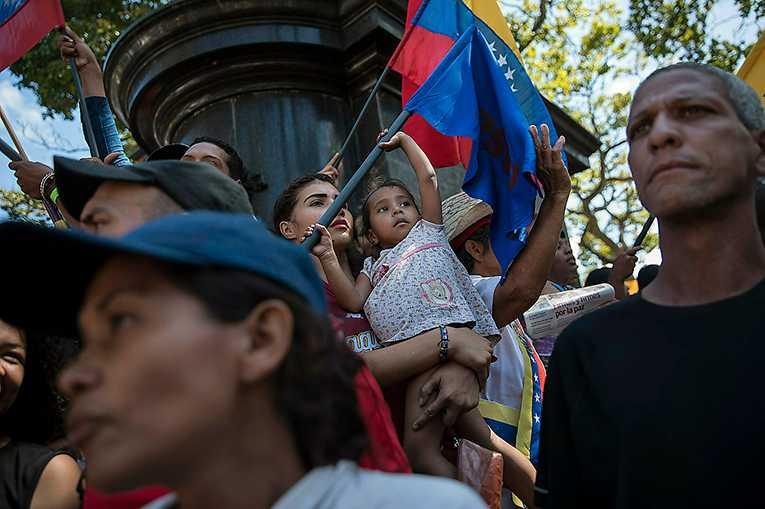 Venezuelas ekonomi är i fritt fall och befolkningen kämpar varje dag för att överleva. Landets president Maduro har länge stört USA:s maktambitioner i Latinamerika, men efter sanktionerna vädrar Donald Trump morgonluft.