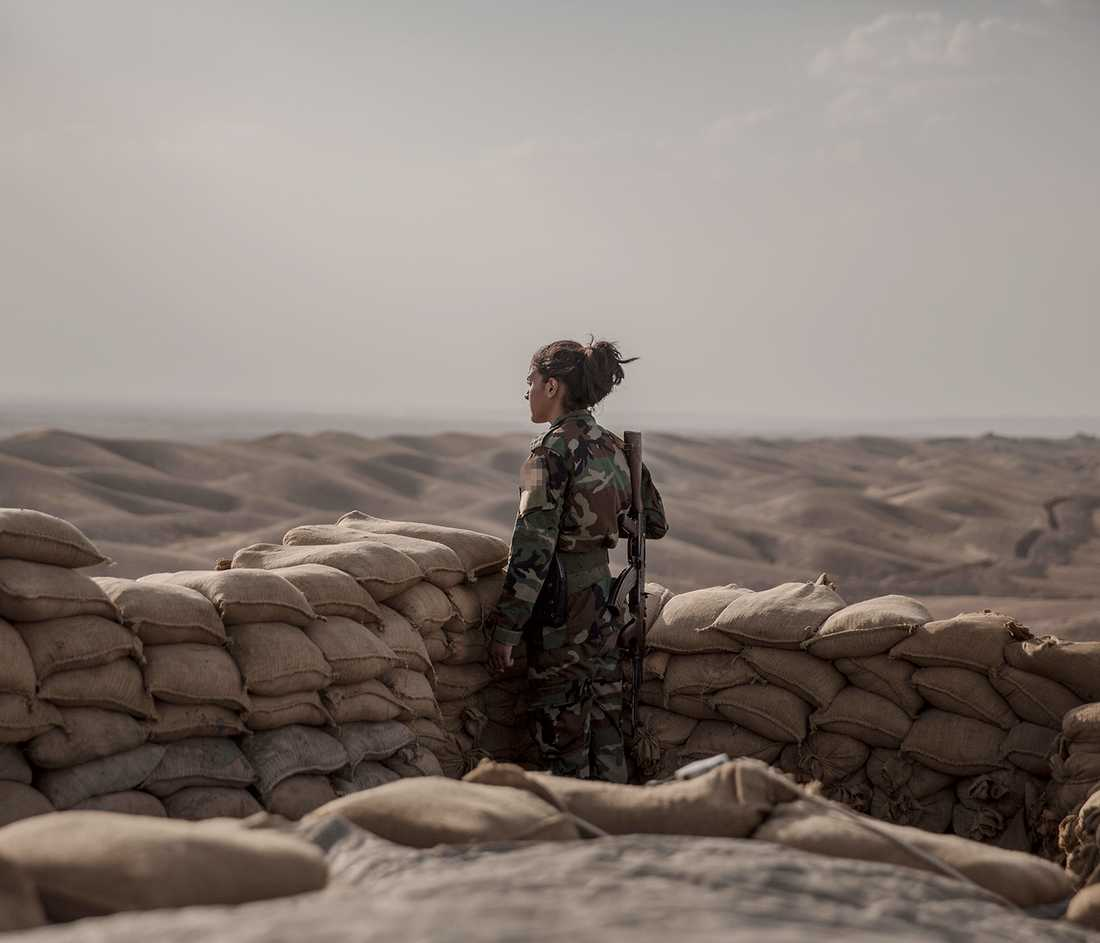 Kurdisk kvinnlig peshmerga-soldat vid fronten.